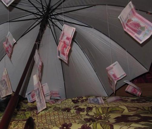 Зонт с деньгами на свадьбу фото стих последнему