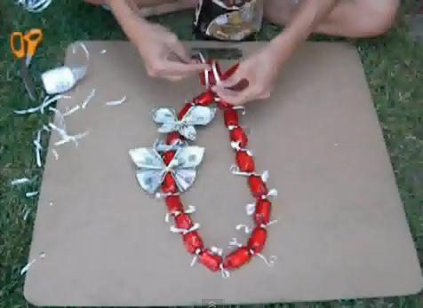 ожерелье из денег (из денежных купюр) из сложенных в виде бабочек в технике оригами и конфет