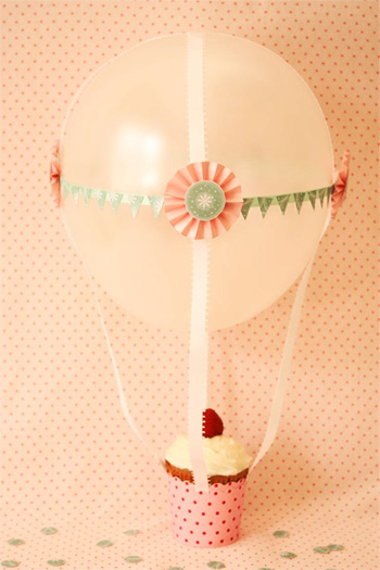 подарок к 14 февраля, на день валентина или на годовщину: послание в бутылке: воздушный шар, который поднимает пирожное или подарок