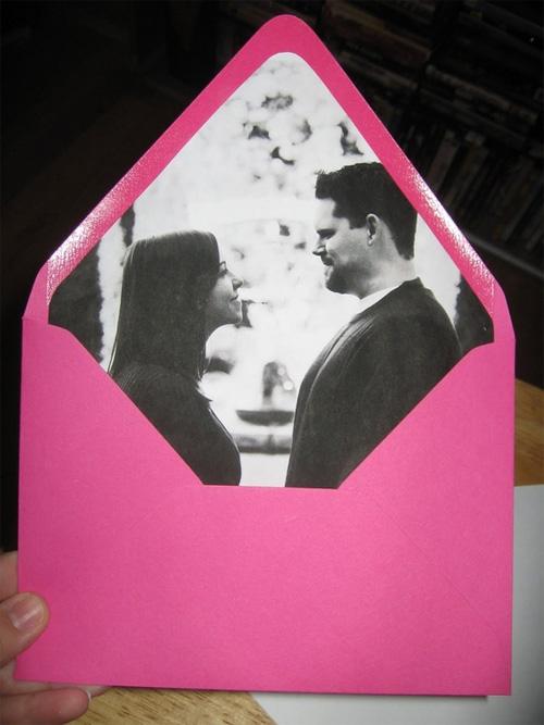идея оформления подарка на 14 февраля, на день валентина - дарим открытку в конверте, у которого внутренняя часть сделана из вашей совместной фотографии