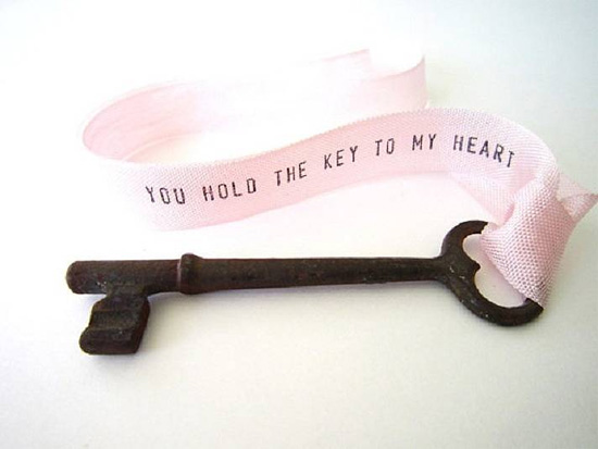 идея подарка на 14 февраля, на день валентина, на годовшину отношений - дарим ключик от сердца с лентой