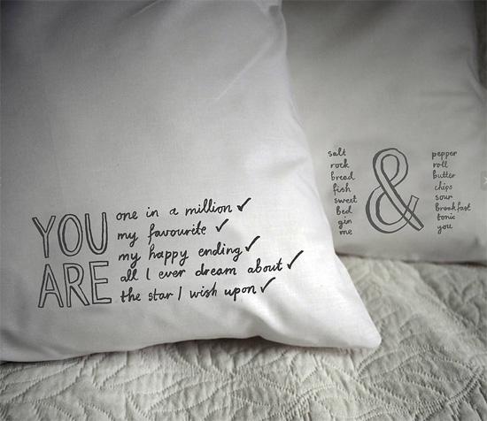 идея подарка на 14 февраля, на день валентина, на годовшину отношений - подушка с надписью - переведенной при помощи термотрансферной бумаги